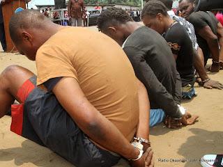 Des bandits armés présentés par la Police Nationale Congolaise (PNC) le 23/09/2014 à Kinshasa dans la commune de Bandalungwa. Radio Okapi/Ph. John Bompengo