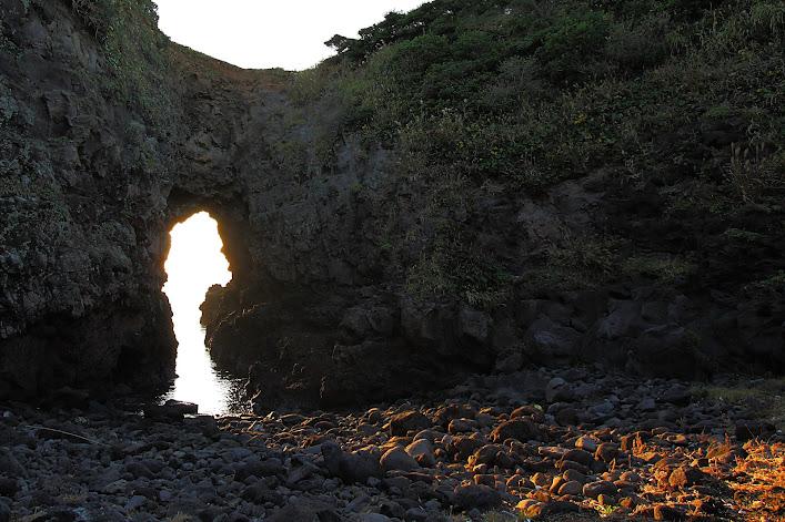 鬼の足跡の穴の中へ差し込む夕日
