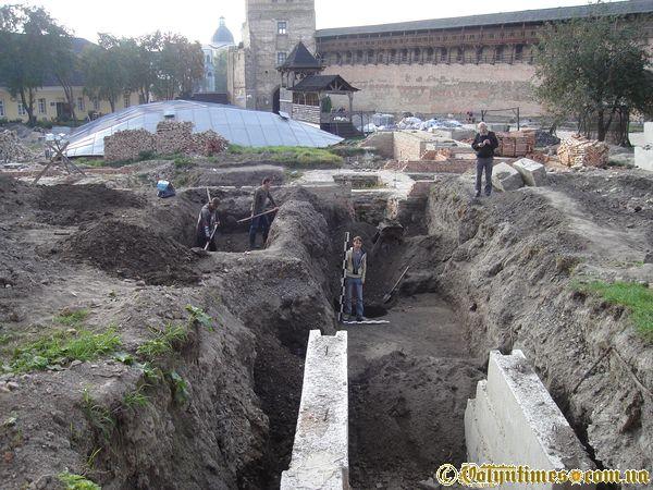 Розкопки в луцькому замку. Фото: вересень 2006 року