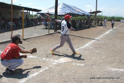 Edgar Castañeda de Yankees en el softbol del Club Sertoma