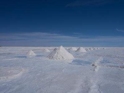 Extracció de sal al límit del Salar de Uyuni