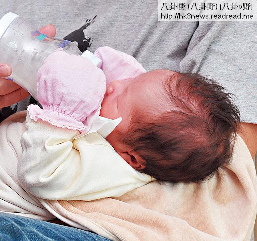 15日捉實奶樽 <br><br>出世第十五日,陳禛每次飲奶已懂得用手捉住奶樽。