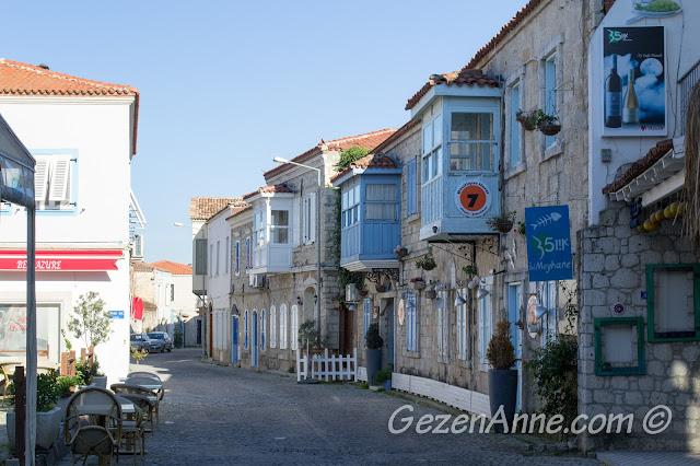 Alaçatı'daki mavi cumbalı taş evler