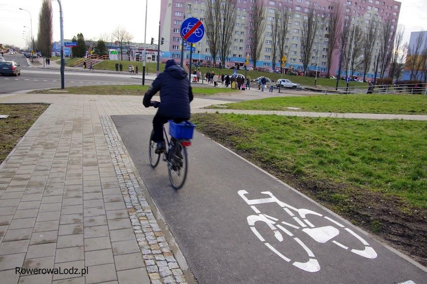 Rowerzyści jadący drogą dla rowerów wzdłuż ul. AK (na południe) dojeżdżają do ślepej kiszki
