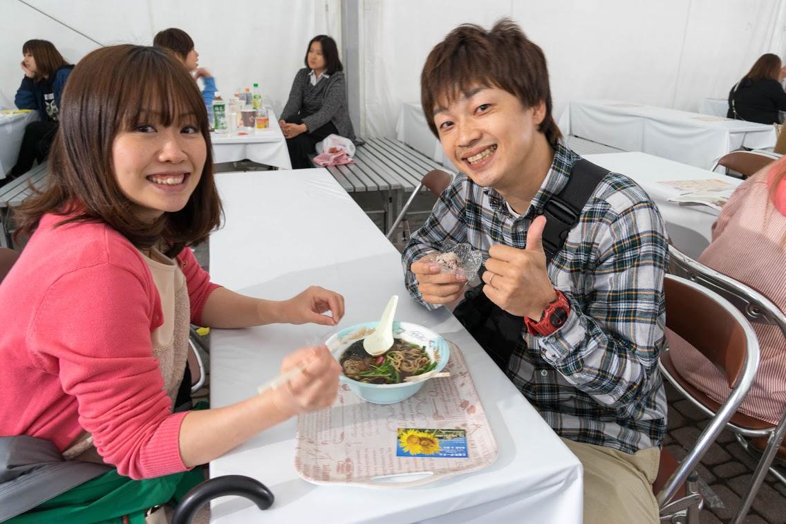 若いカップルもニッコニコ笑顔
