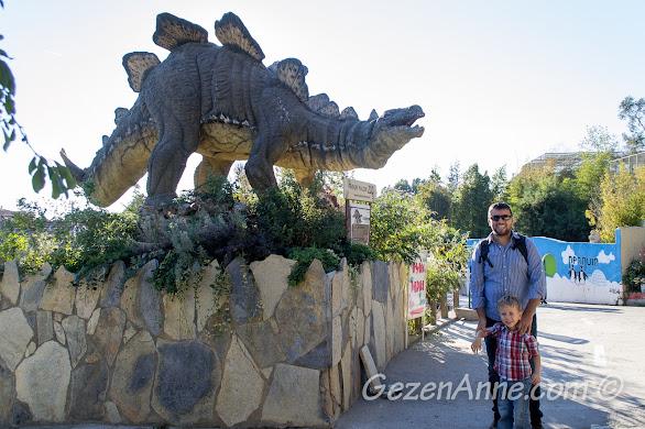 Darıca Hayvanat Bahçesi'nde, bir başka dinozor heykeli önünde