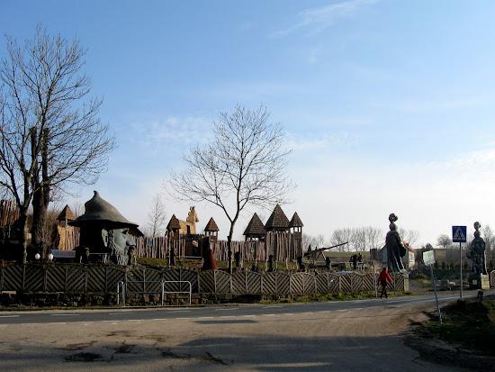 Zamek Śląskich Legend - gród po drugiej stronie ulicy