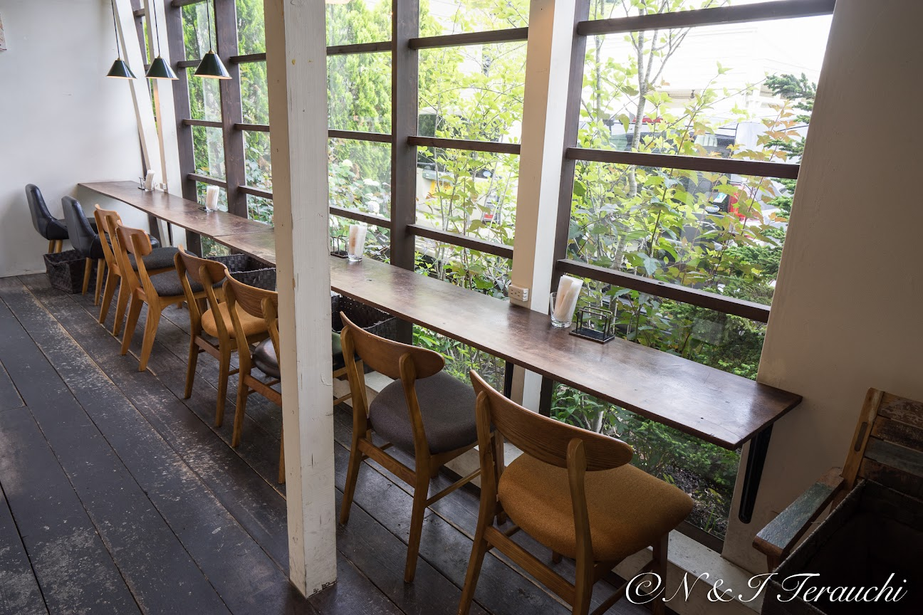 窓辺のカウンター・テーブル