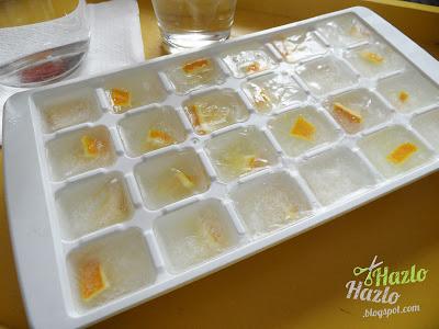 Agua limón con cubitos de hielo.