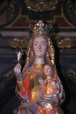 Una vista de medio cuerpo de la imagen de la Virgen de La Mayor, patrona de Sigüenza, conjuntamente con Santa Librada, San Roque y San Vicente