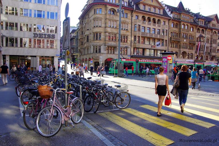 Na rynek dojechać można tylko rowerem lub tramwajem.