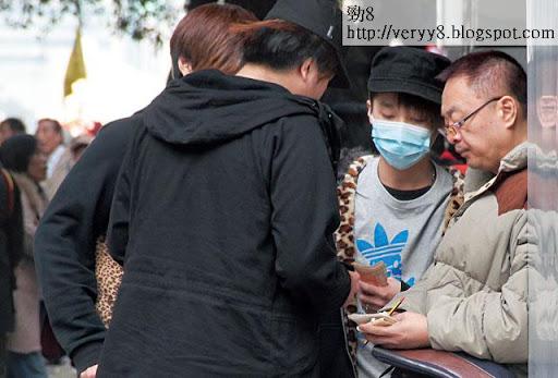 挺梁遊行完結後,戴口罩的阿朗向大佬龍叔(右)報告「臨記」人數,並準備派錢。