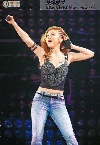 於台北個唱賣力跳唱的G.E.M.,被網民批評腰粗冇線條。