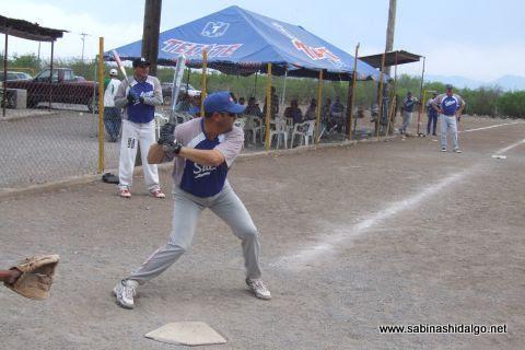 Jesus Cantú del SUTERM en el softbol del Club Sertoma
