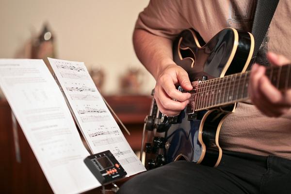 [Hình: tu-hoc-dan-guitar-tai-nha-2.jpg]
