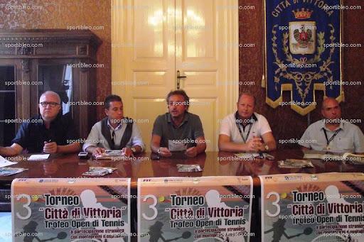 """Il tavolo """"ufficiale"""" delle presentazione in Municipio."""