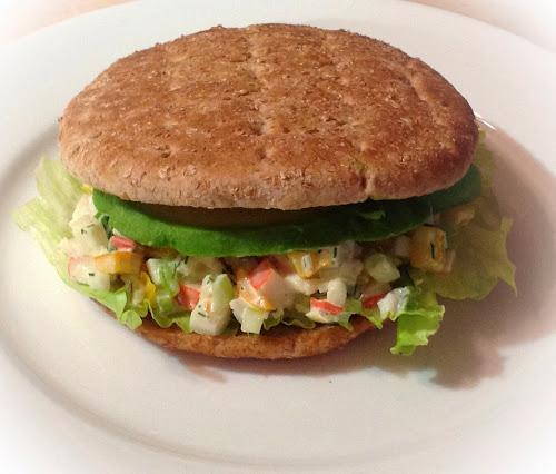 Salatka z paluszków krabowych i krewetek paluszki krabowe, krewetki,sałatka, majonez,sos Worcestershire