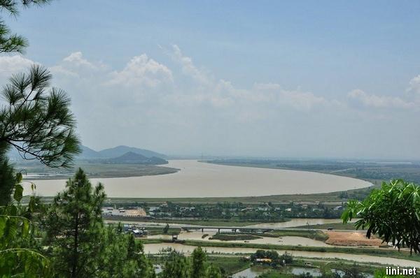 dòng sông Lam nhìn từ xa