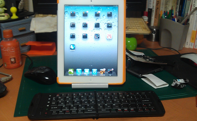 접이식 키보드와 아이패드 태블릿의 모습