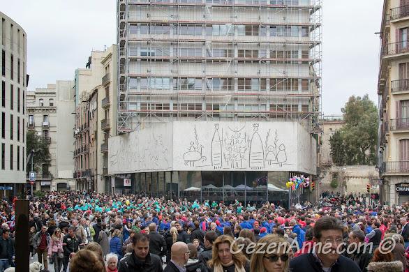 insan piramiti gösterisi için bekleyen kalabalık, Katedral önü Barselona