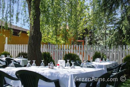 Cumhuriyetköy'deki Beyaz Bahçe'deki beyaz örtülü masalar