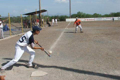 Alan Contreras de Yankees en el softbol del Club Sertoma.
