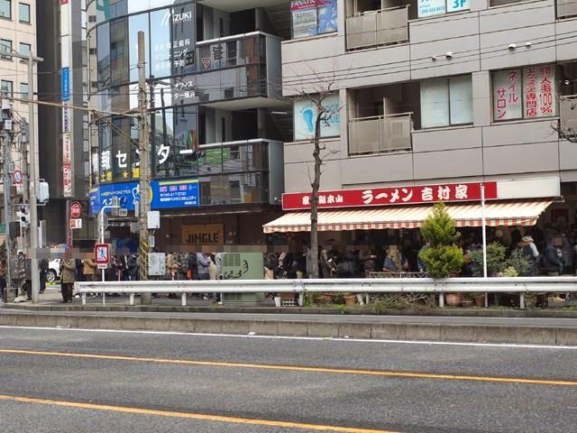 お店の前から5差路の交差点まで伸びる行列