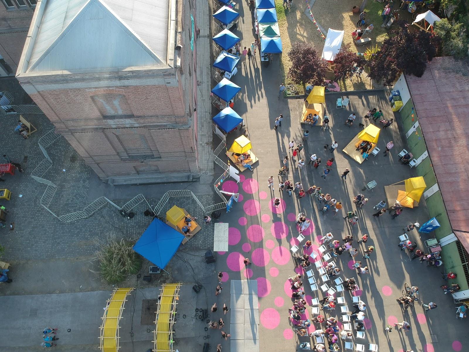 Ações de urbanismo tático fortalecem vias públicas como os espaços para ocupação de pessoas. (Fonte: Projeto Ciudad Emergente)