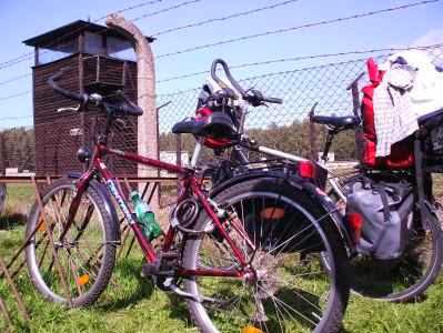 Konzentrationslager Stutthof: Fahrräder vor dem KZ-Wachturm
