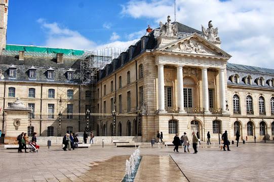 Дижон достопримечательности - Place de la Liberation и Дворец Герцогов Бургундских