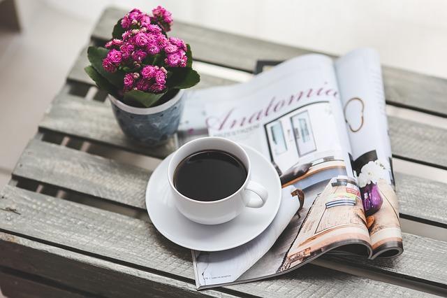 Một mình bên tách cà phê đắng
