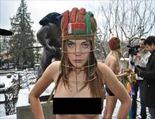 روسيات يتظاهرن عرايا ضد بطولة الهوكي