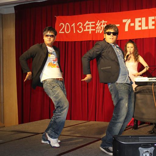 陳俊輝(左)及黃恩賜表演(統一獅資料照)