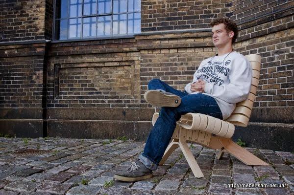 В кресле из гнутоклееной фанеры автор Joel Seigle