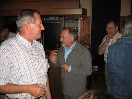 Glunderende Gooikenaren. Marcel Duran (KWB-voorzitter), pastoor-voorganger van dienst Jan Stas met ACW-voorzitter René Derycke