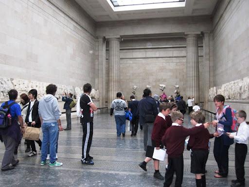 В античных залах тоже очень много школьников, как подростков, так и малышей