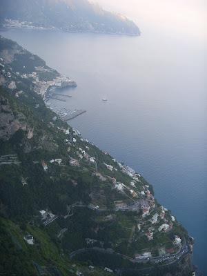 町から地中海を見下ろす