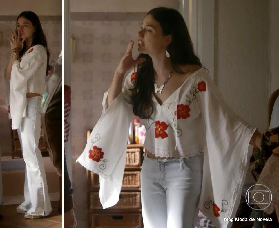 moda da novela Boogie Oogie - look da Sandra com bara branca bordada e mangas grandes dia 12 de agosto
