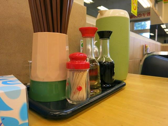 店内のテーブル上。酢と醤油、ラー油が鎮座。