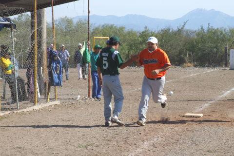 Edgar Castellanos de Águilas felicitado en el softbol del Club Sertoma