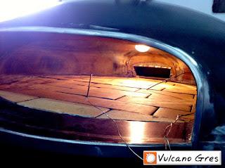 Detalle interior de la cúpula del horno con ladrillos refractarios y medidores de temperatura para el control del calor. Por el orificio de atrás sube el humo del cajón ascuador y sale por el tiro situado en el centro del horno dando aroma al asado.