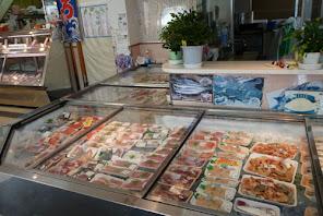 魚芳の豊富な鮮魚