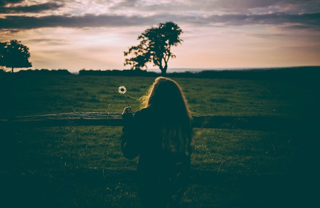 ảnh cô gái cô đơn trong mùa thu