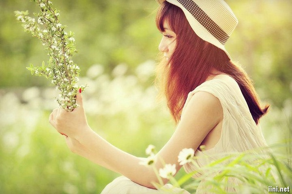 ảnh con gái dễ thương trong cánh đồng hoa