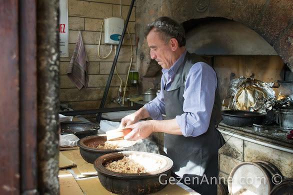 Beypazarı Tarihi Güveç Fırını, güveçler hazırlanırken