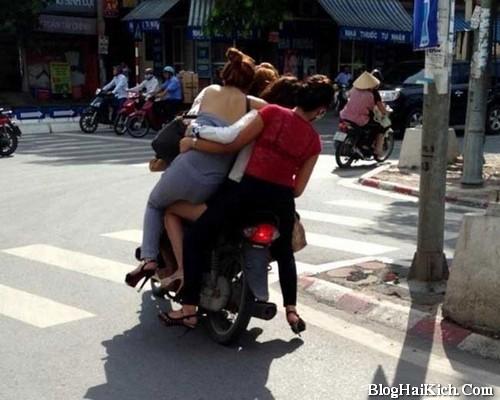 Hình ảnh các cô gái ăn chơi đi trên 1 xe máy