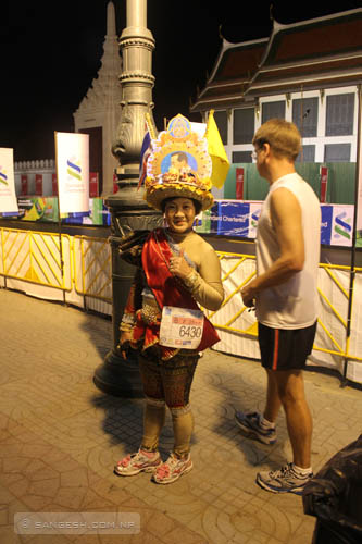 Bangkok Marathon - Women in traditional dress
