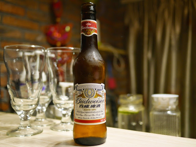 An bottle of American Budweiser with a Chinese label