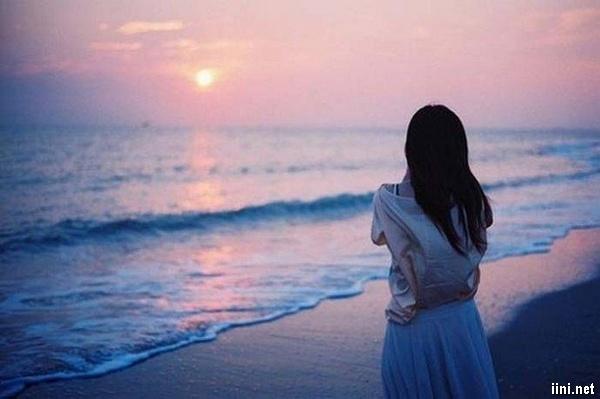 ảnh cô gái tâm trạng buồn dạo biển
