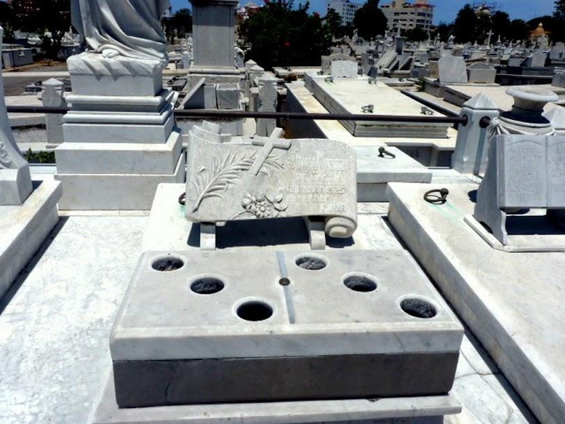 Tumba del dominó, Cementerio de Colón
